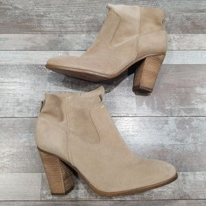 Vince Camuto Fenia taupe suede ankle boots size 9